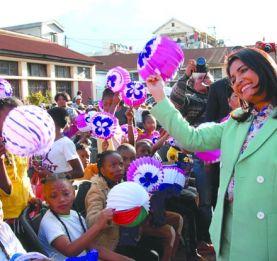 Fête nationale - La Première dame et l'association Fitiagâtent des enfants et des personnes âgées